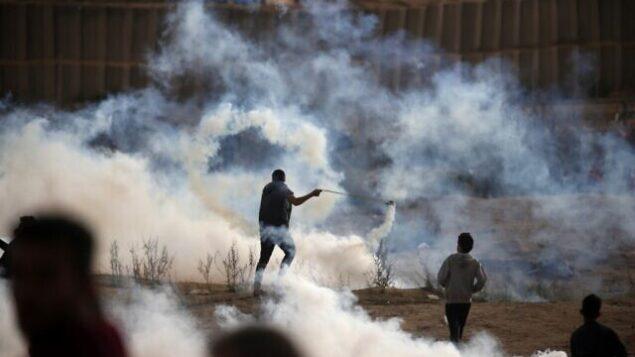 تصویر: فلسطینیان در امتداد مرز اسرائیل، شرق «بوریج»، ناحیه مرکزی نوار غزه، با سربازان اسرائیل درگیر شدند، ۶ دسامبر ۲۰۱۹. (Mahmud Hams/AFP)