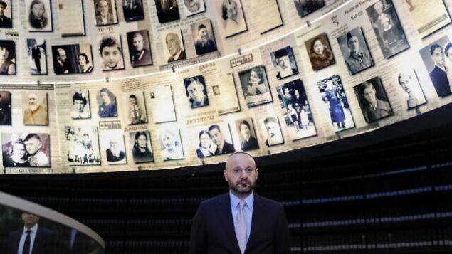 تصویر: عبدالله چتیلا، بازرگان لبنانی سوئیسی، که اشیاء یادگاری متعلق به آدولف هیتلر را در حراج عمومی در اروپا خرید تا به دست نئونازیها نیفتد، از «تالار اسامی» در موزه یادبود یاد واشم در اورشلیم دیدن میکند، ۸ دسامبر ۲۰۱۹. (AHMAD GHARABLI / AFP)