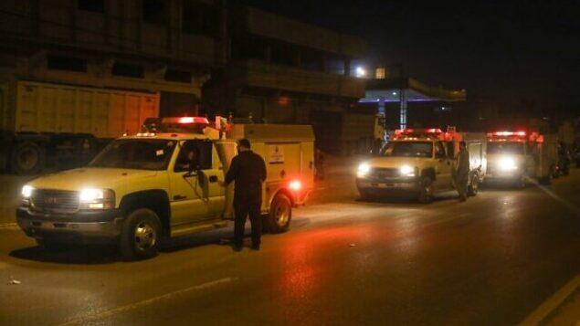 تصویر: عکسی از ۱۷ دسامبر ۲۰۱۹، لحظه ورود ۲۴ ماشین اهدایی قطر، که از طریق گذرگاه کریم شالوم اسرائیل به نوار غزه و سپس به رفاح وارد شده اند را نشان میدهد. (Said Khatib/AFP)