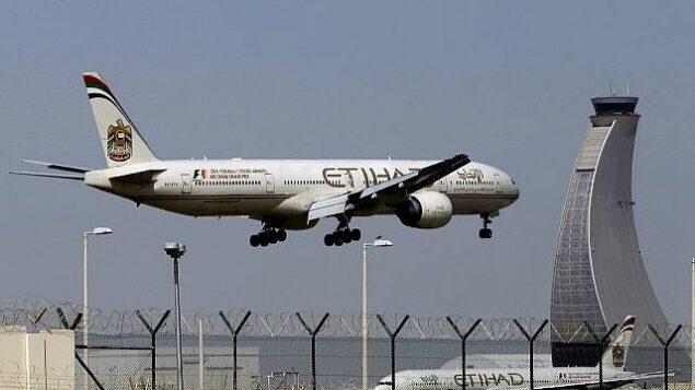 در عکسی از ۴ مه ۲۰۱۴، هواپیمای شرکت هواپیمایی «اتحاد» برای فرود در فرودگاه ابوظبی در امارات متحد عربی آماده میشود. (AP Photo/Kamran Jebreili)