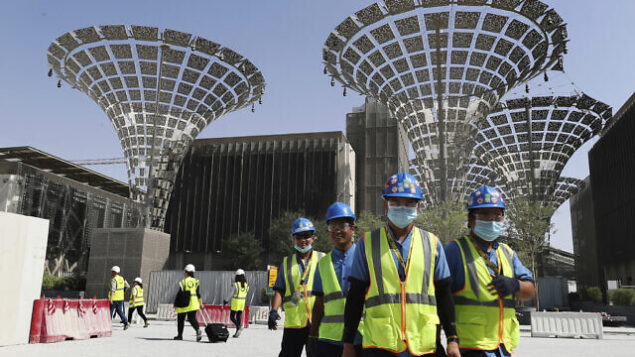 تصویر: در عکسی از ۸ اکتبر ۲۰۱۹، تکنسینها در سه ناحیه مختلف در دست ساختمان نمایشگاه ۲۰۲۰ دوبی، امارات متحد عربی، دیده میشوند. (AP Photo/Kamran Jebreili)