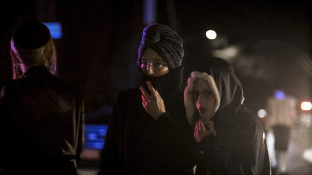تصویر: چند تن از جمله ساکنان یهودی ارتدکس محله در گوشه ای از «خیابان فورشی» مانسی، نیویورک، پایین همان خیابانی که روز پیش از آن شاهد حمله فردی با چاقو به مراسم حنوکا بود، ۲۹ دسامبر ۲۰۱۹.  (AP Photo/Allyse Pulliam)