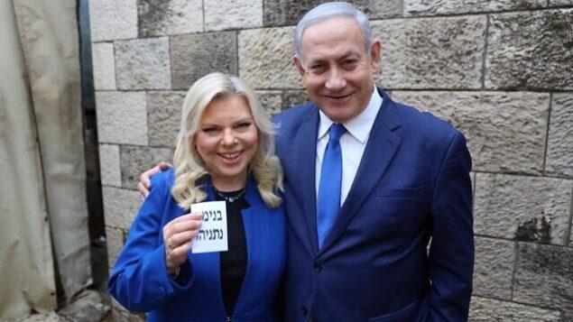 تصویر: بنیامین نتانیاهو نخست وزیر، راست، و همسرش سارا، پس از انداختن رای خود در حوزه رای گیری در اورشلیم، در انتخابات مقدماتی رهبری حزب لیکود، ۲۶ دسامبر ۲۰۱۹. (Courtesy)
