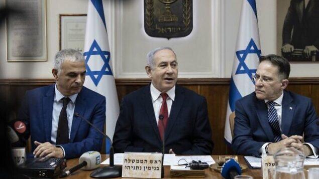 تصویر: از چپ به راست، «موشه کهلون» وزیر دارایی، «بنیامین نتانیاهو» نخست وزیر، و «تزاحی براورمن» وزیر کابینه در جلسه هفتگی کابینه در دفتر نخست وزیر، اورشلیم، ۱۲ ژانویه ۲۰۲۰.  (Tsafrir Abayov / POOL / AFP)