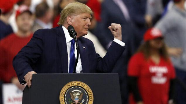 تصویر: دونالد ترامپ رئیس جمهور ایالات متحده در کارزار انتخاباتی، ۱۴ ژانویه ۲۰۲۰، میلواکی.  (AP/Jeffrey Phelps)