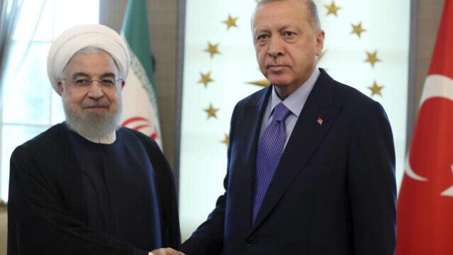 تصویر: رجب طیب اردوغان رئیس جمهور ترکیه، راست، حین خوشامد به حسن روحانی رئیس ایران پیش از ملاقاتی در کاخ چانکایا، آنکارا، ترکیه، ۱۶ سپتامبر ۲۰۱۹. (Presidential Press Service via AP, Pool)