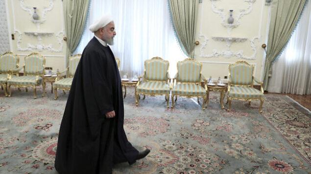 تصویر: حسن روحانی رئیس جمهور حین ورود به مقر ریاست جمهوری در تهران، برای حضور در جلسه ای در ۲۳ دسامبر ۲۰۱۹. (Ebrahim Noroozi/AP)
