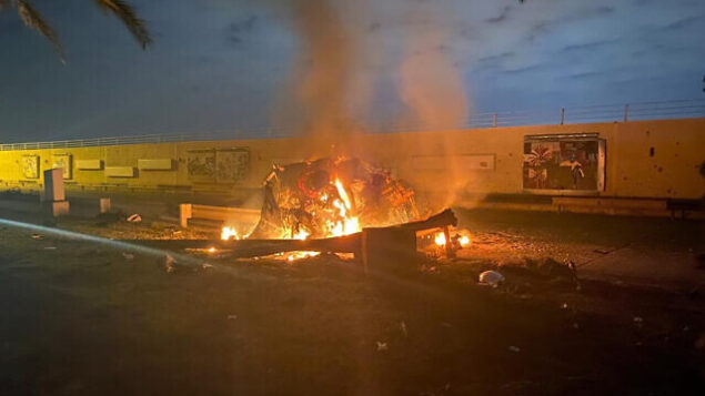تصویر: یک خودرو مشتعل در فرودگاه بین المللی بغداد در پی حمله هوایی به بغداد، عراق، که طی آن سپهد قاسم سلیمانی کشته شد، ۳ ژانویه ۲۰۲۰. (Iraqi Prime Minister Press Office via AP)