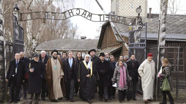 هیئتی از رهبران مذهبی مسلمان، که به گفته برگزارکنندگان «بلندپایه ترین رده رهبری اسلامی» است که از آشویتس دیدن کرده، حین نماز، طی بازدید از اردوگاه مرگ نازی، در اوشویشیم، لهستان، ۲۳ ژانویه، ۲۰۲۰.  (American Jewish Committee via AP)