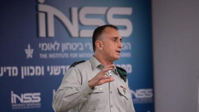 تصویر: سرلشکر تامیر هیمان، فرمانده اطلاعات ارتش حین سخنرانی در اتاق فکر انستیتوی مطالعات امنیت ملی در تل آویو، ۲۸ ژانویه ۲۰۲۰. (Israel Defense Forces)