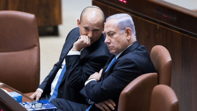 تصویر: بنیامین نتانیاهو نخست وزیر، راست، حین گفتگو با نفتالی بنت، وزیر وقت آموزش در دورهٔ پلنوم کنست، ۱۳ نوامبر ۲۰۱۷. (Yonatan Sindel/Flash90)