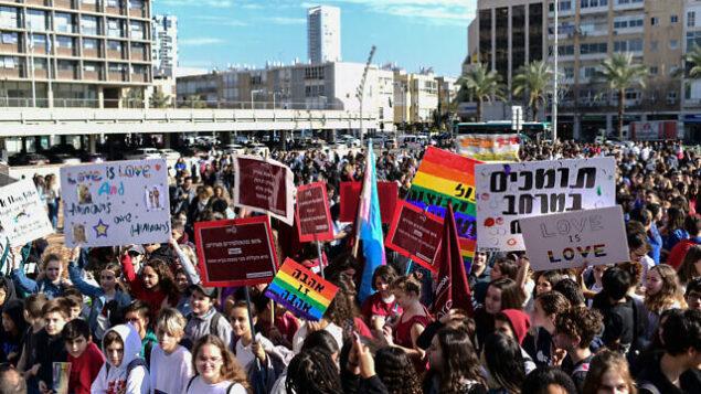 دانش آموزان دبیرستانی، در تظاهرات علیه رافی پرتز، وزیر آموزش که بنظر می آید ازدواج با همجنس را غیرطبیعی خواند، حین تظاهرات در میدان رابین، تل آویو، ۱۵ ژانویه ۲۰۲۰. (Tomer Neuberg/Flash90)