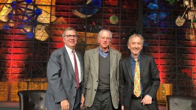 دو نویسنده همکار، دیوید ماکووسکی (از آخر، چپ) و سفیر «دنیس راس»، بهمراه دیوید هورویتز سردبیر و بنیانگزار تایمز اسرائيل در کتابخانه ملی اسرائیل، ۶ ژانویه ۲۰۲۰. (Udi Alfassi/Tranquilo Productions)