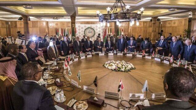 تصویر: در این عکسی از ۱ فوریه ۲۰۲۰، نمایی از نشست اضطراری اتحادیه عرب که برای بحث پیرامون طرحی به میانجیگری ایالات متحده در راستای حل مناقشه خاورمیانه، در مقر اتحادیه در قاهره، پایتخت مصر، هنگامی که نمایندگان بر جای خود می نشینند، مشاهده میشود. (Khaled DESOUKI / AFP)