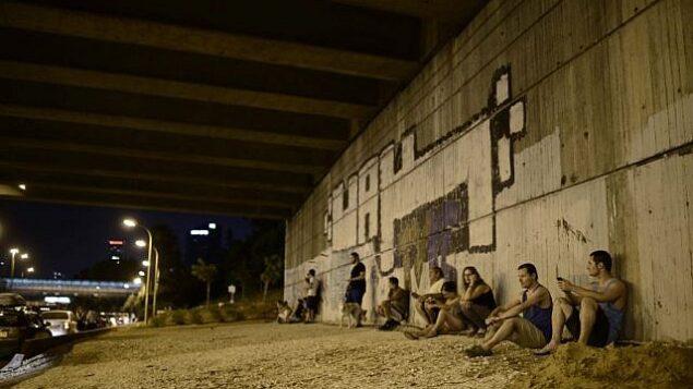 تصویر تزئینی: در پی آژیر هشدار هجوم راکت به تل آویو، پنجمین روز عملیات تیغه محافظت، ۱۲ ژوئیه ۲۰۱۴، اسرائیلی ها به پناهگاه می شتابند. (photo credit: Tomer Neuberg/Flash90)
