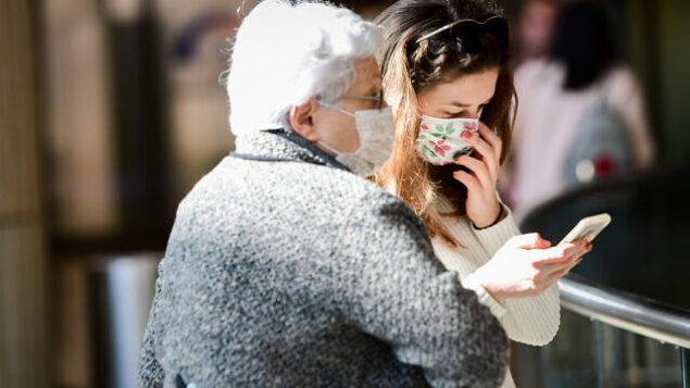 تصویر: مردمی که برای پیشگیری از ویروس کرونا در فرودگاه بن گوریون ماسک به صورت دارند، ۲۷ فوریه ۲۰۲۰. (Avshalom Shoshani/Flash90)