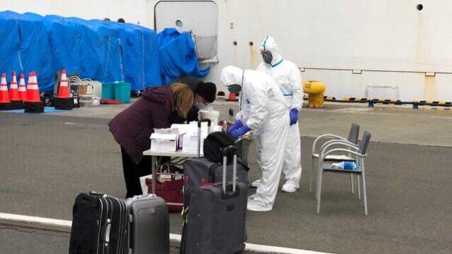 تصویر: مسافران اسرائیلی در حال خروج از «کشتی پرنسس دیاموند»، که دو هفته به علت شیوع ویروس کرونا در کشتی، آنجا در قرنطینه بسر بردند، ۲۰ فوریه ۲۰۲۰. (Israeli Embassy Tokyo)