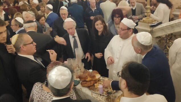 ۱۸۰ یهودی از سراسر جهان روز ۱۴ فوریه ۲۰۲۰ برای بازدید از کنیسای «الیاهو هناوی» که به تازگی مرمت شده، در اسکندریه، شهری در شمال غربی مصر گرد آمدند. (Courtesy)