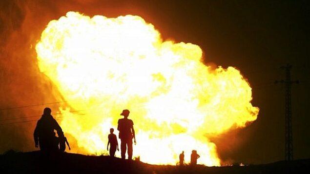 تزئینی: شعله های آتش ناشی  از انفجار خط لوله گاز در العریش، مصر، ژوئیه ۲۰۱۲. (AP/File)