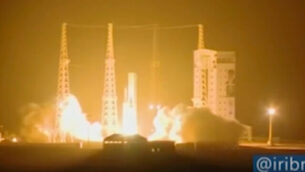 تصویر: در عکس ویدئویی از راکت حامل ماهواره که از پایگاه فضایی امام خمینی در استان سمنان، حدود ۲۳۰ کیلومتر (۱۴۵ مایل) جنوب شرقی پایتخت ایران پرتاب میشود، ۹ فوریه ۲۰۲۰.   (IRIB via AP)