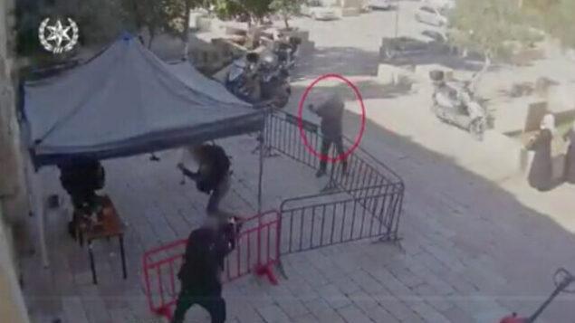تصویر: در فیلمی که پلیس در ۶ فوریه ۲۰۲۰ منتشر کرد، یک مرد عرب اسرائیلی به افسران پلیس در اورشلیم شلیک میکند. (Screenshot/Israel police)