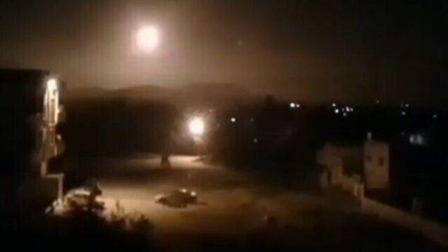 تصویر: حین شلیک ضدهوایی های ارتش سوریه به موشکهای مهاجم در حمله ۶ فوریه ۲۰۲۰ که به اسرائیل منتسب شده، شماری انفجار در آسمان دمشق مشاهده میشود. (SANA)