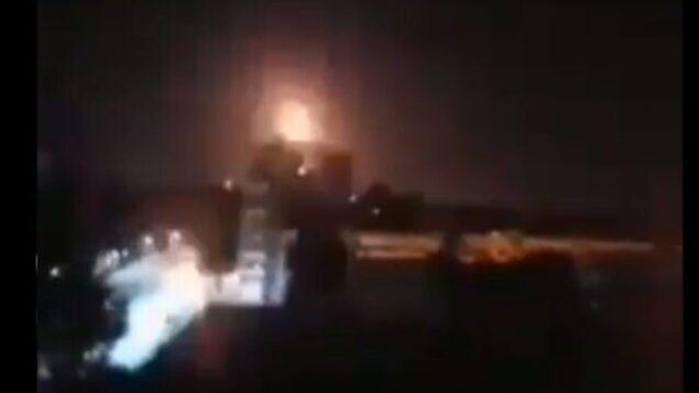 تصویر: انفجاری در نزدیکی شهر حُمص سوریه منتسب به حمله های هوایی اسرائیل در ۵ مارس ۲۰۲۰.  (Screencapture/Twitter)