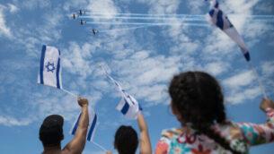 People at Bugrashov Beach in Tel Aviv watch the military airshow on Israel's 71st Independence Day, May 9, 2019. Photo by Hadas Parush/Flash90 *** Local Caption *** éåí äòöîàåú îèñ úì àáéá çåó áåâøùåá ãâìéí ãâì éùøàì
