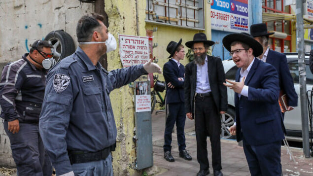 Israeli police officers arrive to close synagogues in the city of Bnei Brak on April 1, 2020. following the government's decisions, in an effort to contain the spread of the coronavirus. Photo by Yossi Zamir/Flash90 *** Local Caption *** קורונה וירוס בני ברק סגר סגור בית כנסת סוגרים מרתחים ריתוח
