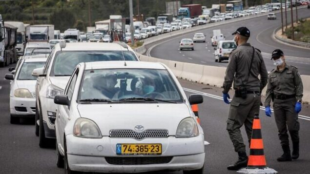 """Police check drivers at a temporary """"checkpoint"""" on road number 1 outside Jerusalem, to check if people are not disobeying the governments orders on a partial lockdown, in order to prevent the spread of the Coronavirus. Photo by Nati Shohat/Flash90 *** Local Caption *** פקק עין חמד משטרה קורונה הסגר חלקי"""