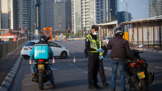 Israeli police officers and Israeli soldiers close Begin road, near the entrance to Ramat Gan in Tel Aviv.  April 14, 2020. All intercity travel has been banned until Thursday morning. Photo by Miriam Alster/Flash90 *** Local Caption *** תל אביב איילון סגר חיילים שוטרים