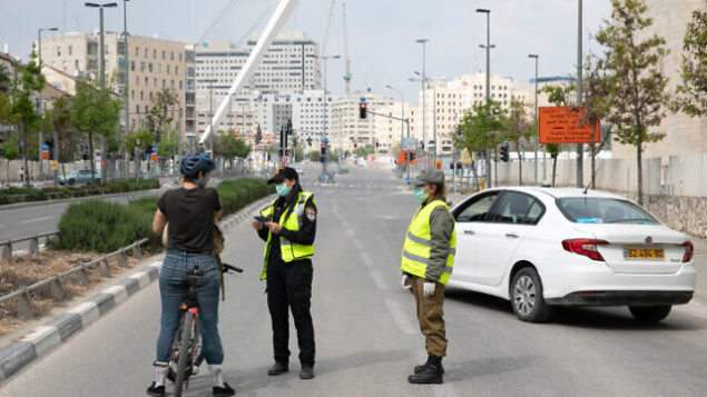 """Police at a temporary """"checkpoint""""  in Jerusalem on April 15, 2020, to check if people are not disobeying the governments orders on a lockdown, in order to prevent the spread of the Coronavirus.   Photo by Olivier Fitoussi/Flash90  *** Local Caption *** ?????? ??? ??? ???? ?????? ???????"""