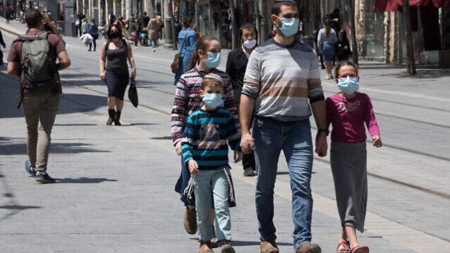 People on Jaffa street in downtown Jerusalem on April 26, 2020. Photo by Nati Shohat/Flash90 *** Local Caption *** קורונה ירושלים רחוב יפו