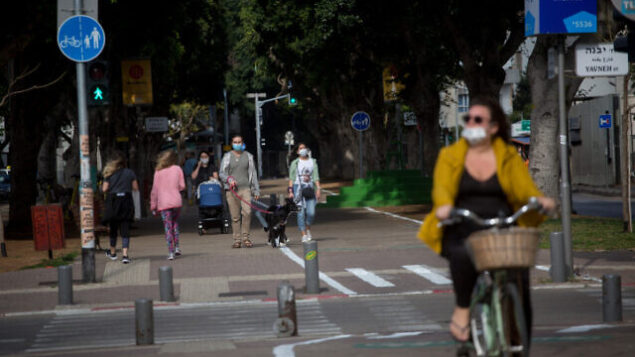 People wear protective masks to protect themselves from the Coronavirus, in Tel Aviv, on April 18, 2020. Photo by Miriam Alster/FLASH90 *** Local Caption *** ?? ???? ??????
