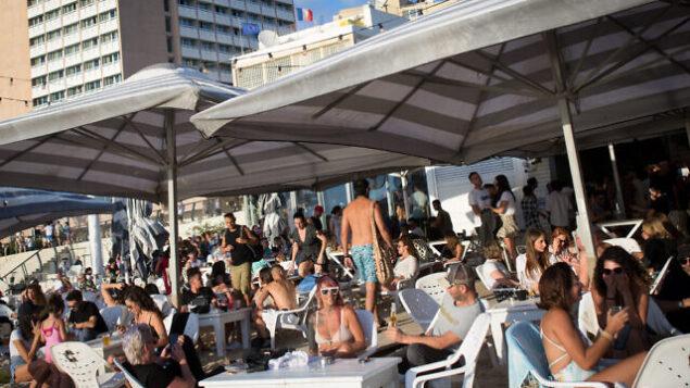 Israelis enjoy the beach in Tel Aviv on May 29, 2020. Photo by Miriam Alster/Flash90 *** Local Caption *** ים חוף תל אביב קיץ  מסעדה פתוח