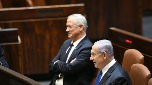 تصویر: بنی گانتز رهبر «آبی و سفید»، چپ، و بنیامین نتانیاهو نخست وزیر در پلنوم کنست، ۱۷ مه ۲۰۲۰.  (Knesset)
