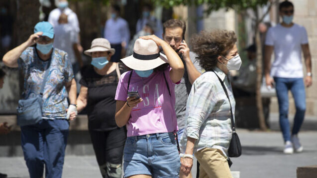 Jerusalemites wearing face masks for fear of coronavirus walk  in Jerusalem City center after the government eased some lockdown measures that it had imposed in order to stop the spread of the coronavirus, on June 11, 2020. Photo by Olivier Fitoussi/Flash90 *** Local Caption *** ירושלים קורונה  וירוס