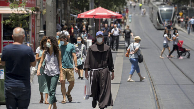 Jerusalemites wearing face masks for fear of coronavirus walk  in Jerusalem City center after the government eased some lockdown measures that it had imposed in order to stop the spread of the coronavirus, on June 08, 2020. Photo by Olivier Fitoussi/Flash90 *** Local Caption *** ירושלים קורונה  וירוס