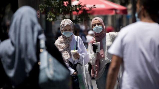 People walk with face masks on Jaffa Street in downtown Jerusalem on June 25, 2020. Photo by Yonatan Sindel/Flash90 *** Local Caption *** קורונה רחוב יפו ירושלים קורונה וירוס מסיכות פנים אנשים