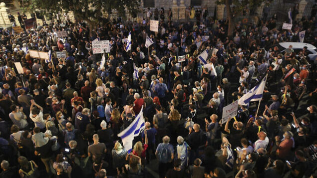Israeli protestors protest against Israeli prime minister Benjamin Netanyahu outside PM Netanyahu's house in Jerusalem, June 27, 2020. Photo by Yonatan Sindel/FLASH90 *** Local Caption *** שמאל עצורים משטרה ירושלים הפגנה