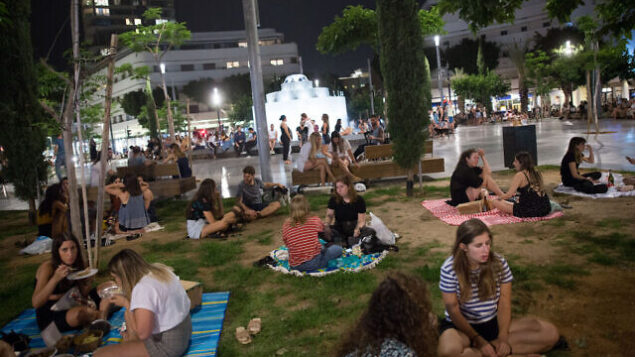 Israelis have picnics on Dizengoff square in Tel Aviv, as all restaurants, cafes and bars are still closed, except for take out and deliveries, in order to prevent the spread of the Coronavirus. May 20, 2020. Photo by Miriam Alster/Flash90 *** Local Caption *** כיכר דיזנגוף חיי לילה תל אביב קורונה