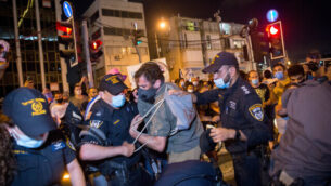 Self-employed from hospitality, tourism and arts industries scuffle with police during a protest calling for financial support from the Israeli government, in Tel Aviv on July 11, 2020. Photo by Miriam Alster/Flash90 *** Local Caption *** ????? ????? ?????? ?????? ???? ???? ????? ??????? ?????
