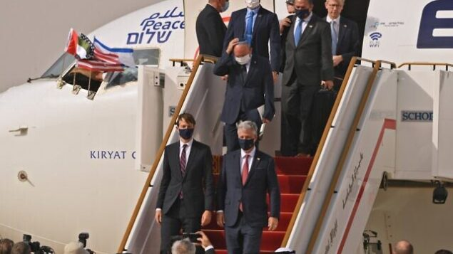 US Presidential Adviser Jared Kushner (C-L) and US National Security Adviser Robert O'Brien (C-R) disembark from the the El Al's airliner, which is carrying a US-Israeli delegation to the UAE following a normalisation accord, upon landing on the tarmac on August 31, 2020, in the first-ever commercial flight from Israel to the UAE at the Abu Dhabi airport. - A US-Israeli delegation including White House advisor Jared Kushner took off on a historic first direct commercial flight from Tel Aviv to Abu Dhabi to mark the normalisation of ties between the Jewish state and the UAE. (Photo by Karim SAHIB / AFP)