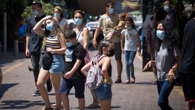 Israelis wear protective face masks as they shop at the artist market on Nahalat Binyamin street in Tel Aviv. August 25, 2020. Photo by Miriam Alster/Flash90 *** Local Caption *** ?? ???? ??? ?????? ????  ???? ??????