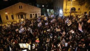 Israelis protest against Israeli prime minister Benjamin Netanyahu in Jerusalem on August 29, 2020. Photo by Yonatan Sindel/Flash90 *** Local Caption *** ùîàì  îùèøä éøåùìéí äôâðä áìôåø