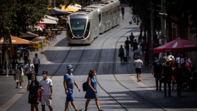 People walk with face masks on Jaffa street in Jerusalem on September 4, 2020. Photo by Yonatan Sindel/Flash90 *** Local Caption *** ????? ?????? ???? ??? ??????? ???? ???