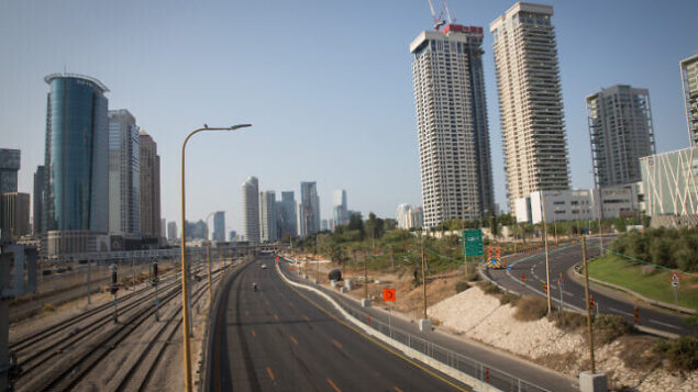 The empty Ayalon highway in Tel Aviv, on September 20, 2020. Israel has seen a spike of new COVID-19 cases bringing the authorities to reimpose a nationwide lockdown which began on Friday and will last at least three weeks. Photo by Miriam Alster/Flash90 *** Local Caption ***