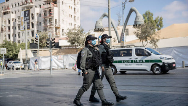 Police patrol outside the Mahane Yehuda Market in Jerusalem on September 25, 2020, during a nationwide lockdown to prevent the spread of COVID-19. Photo by Yonatan Sindel/Flash90 *** Local Caption ***