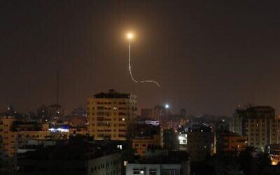 تصویر تزئینی: موشک اسرائیلی پرتاب شده از سامانه دفاع موشکی گنبد آهنین - که برای دفع و انهدام راکتهای بُردِ کوتاه مهاجم و خمپاره طراحی شده – بر فراز شهر غزه مشاهده میشود، ۱۳ نوامبر ۲۰۱۹.  (Mahmud Hams/AFP)