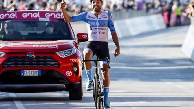Team Israel Start-Up Nation rider England's Alex Dowsett celebrates as he crosses the line for victory during the 8th stage of the Giro d'Italia 2020 cycling race, a 200-kilometer route between Giovinazzo and Vieste on October 10, 2020. (Photo by Luca Bettini / AFP)